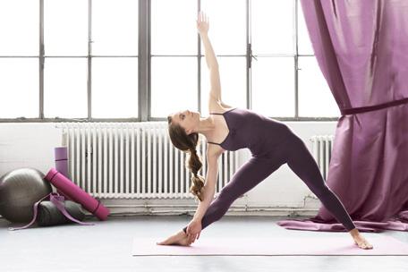 Hos Stræk og Bøj finder du et smukt udvalg af yogatøj i form af yogabukser, yogaheldragter og yogamåtte.